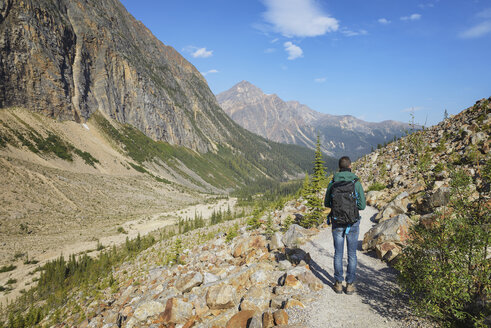 Canada, Jasper National Park, Hiker at Mount Edith Cavell - EPF00590