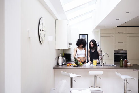 Young couple preparing healthy meal in kitchen - IGGF01081