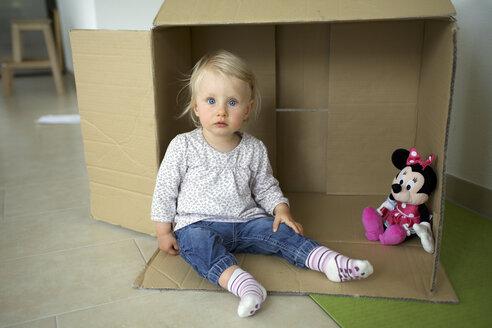 Deutschland; Innenaufnahme; Spiel; Kinderzimmer; Mädchen ein Jahr - GA00135