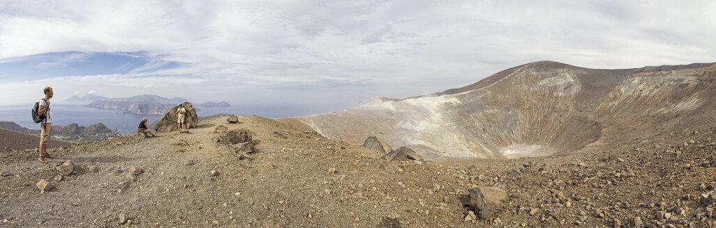 Panoramablick in den Krater Gran Cratere und die dahinterliegenden liparischen Inseln,, Insel Vulcano, Gran Cratere, liparische Inseln im Tyrrhenischen Meer vor der Nordküste Siziliens, Sizilien, Italien - MAMF00514