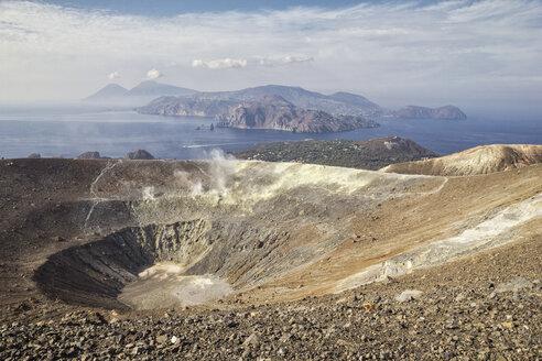 Blick in den Krater Gran Cratere und die dahinterliegenden liparischen Inseln, Insel Vulcano, liparische Inseln im Tyrrhenischen Meer vor der Nordküste Siziliens, Sizilien, Italien - MAMF00517