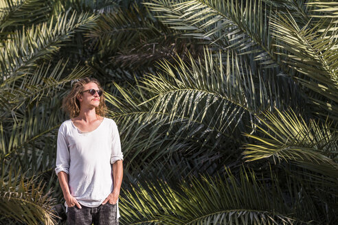 Traveller standing in front of palm trees, Bidbid, Ad Dakhiliyah, Oman - WVF01212