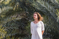 Traveller standing in front of palm trees, Bidbid, Ad Dakhiliyah, Oman - WVF01215