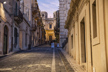 Sicily, Noto, alley to Chiesa di Montevergine in the evening - MAMF00532