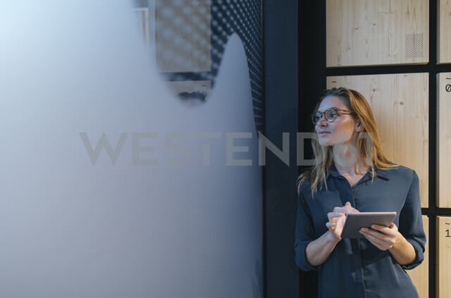 Businesswoman holding tablet looking sideways - GUSF01953 - Gustafsson/Westend61