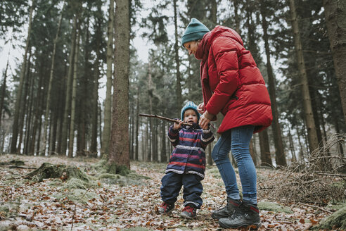 Mother with little daughter in autumnal forest - DWF00402