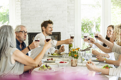 Hapüpy family celebrating together, clinking glasses - PESF01592
