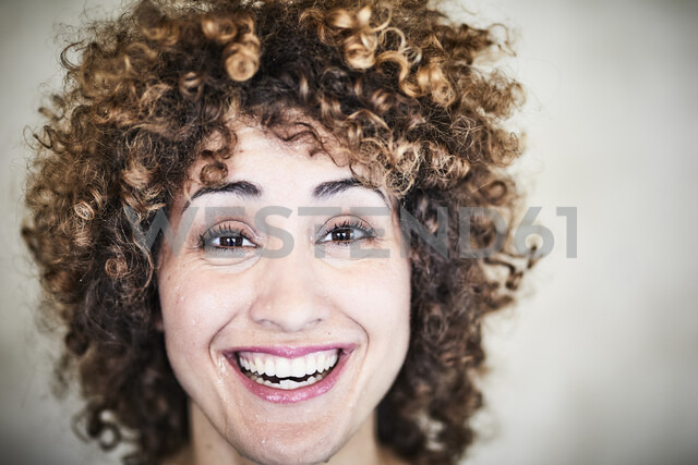 Portrait of sweating laughing woman with curly hair - FMKF05576 - Jo Kirchherr/Westend61