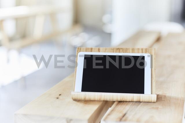 Tablet on wooden bench - FMKF05585 - Jo Kirchherr/Westend61
