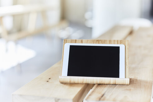Tablet on wooden bench - FMKF05585