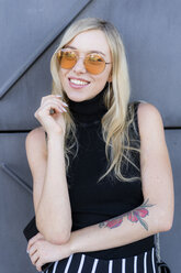 Portrait of fahionable young woman wearing sunglasses - GIOF06249