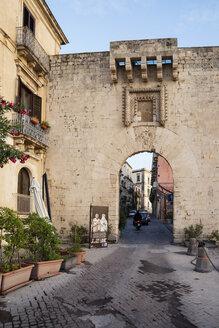 Tor Porta Marina, Insel Ortygia, Syrakus, UNESCO-Weltkulturerbe, Provinz Syrakus, Sizilien, Italien - MAMF00572