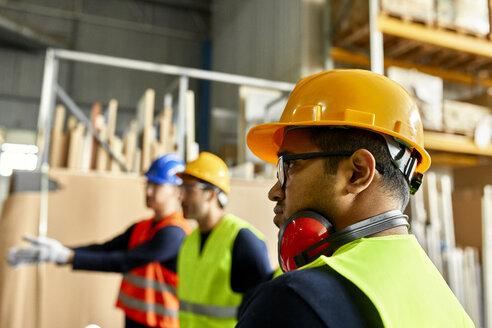Portrait of worker in factory workshop - ZEDF02186