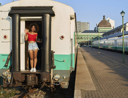 Woman greeting from the train's door. Train Station, Moçambique, Maputo. - VEGF00062