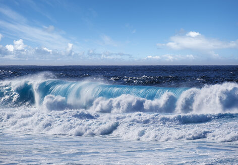 Spain, Canary Islands, Lanzarote, Tinajo, breaking wave - SIEF08591