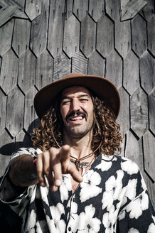 Curly hair man with jamaican shirt and hat posing at camera. - OCMF00433
