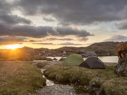 Großbritannien, Schottland, Northwest Highlands, Ben More Assynt, aufgehende Sonne und Zelte in wilder Landschaft - HUSF00039