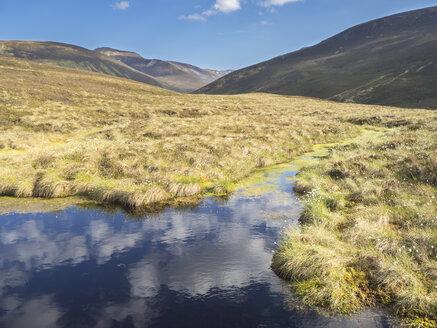 Großbritannien, Schottland, Cairngorm Mountains, Gebirgslandschaft mit Tümpel und Wolkenspiegelung - HUSF00048