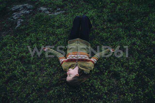Caucasian woman laying in grass - BLEF00742 - Vladimir Serov/Westend61