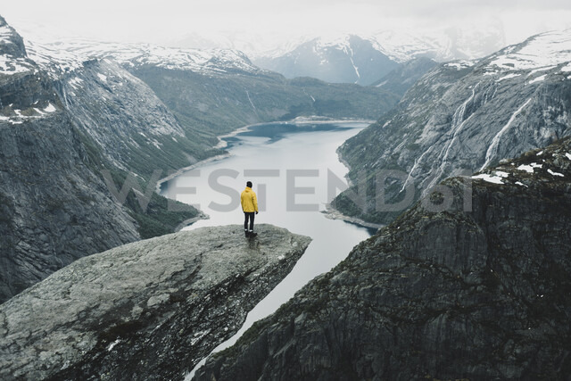 Caucasian man on cliff admiring scenic view of mountain river - BLEF01129 - Alexey Karamanov/Westend61