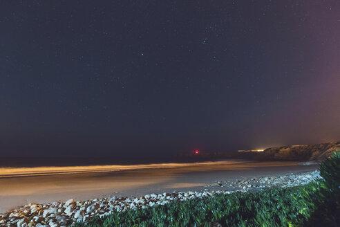 Portugal, Algarve, Sagres, Strand und Meer bzw Atlantik bei Nacht mit Sternenhimmel und Leuchtturm im Hintergrund - MMAF00912