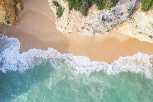 Portugal, Algarve, Lagoa, Praia da Corredoura, Luftaufnahme vom türkisen Meer, den Wellen, dem Strand und den Felsen, den Felsklippen bzw der Steilküste in der Nähe von Praia da Marinha, Drohnenaufnahme, Vogelsperspektive, directly above - MMAF00921