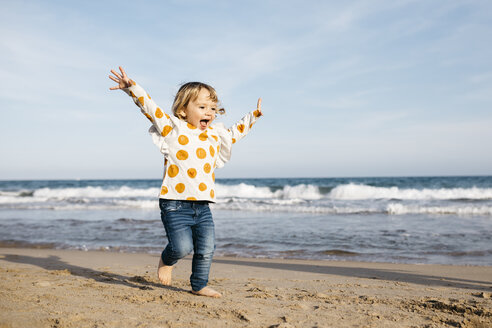 Happy little girl running barefoot on the beach - JRFF03203
