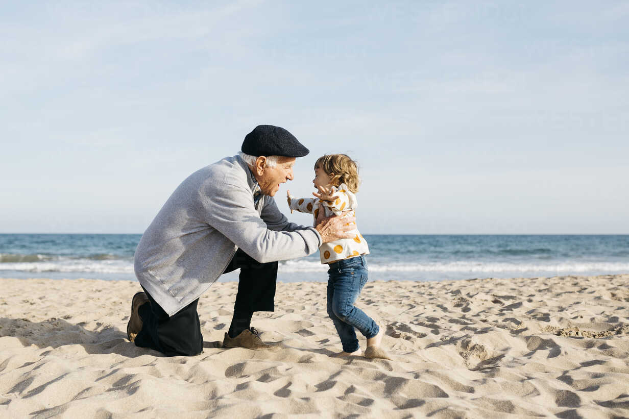 Grandfather playing with his granddaughter on the beach - JRFF03218 - Josep Rovirosa/Westend61