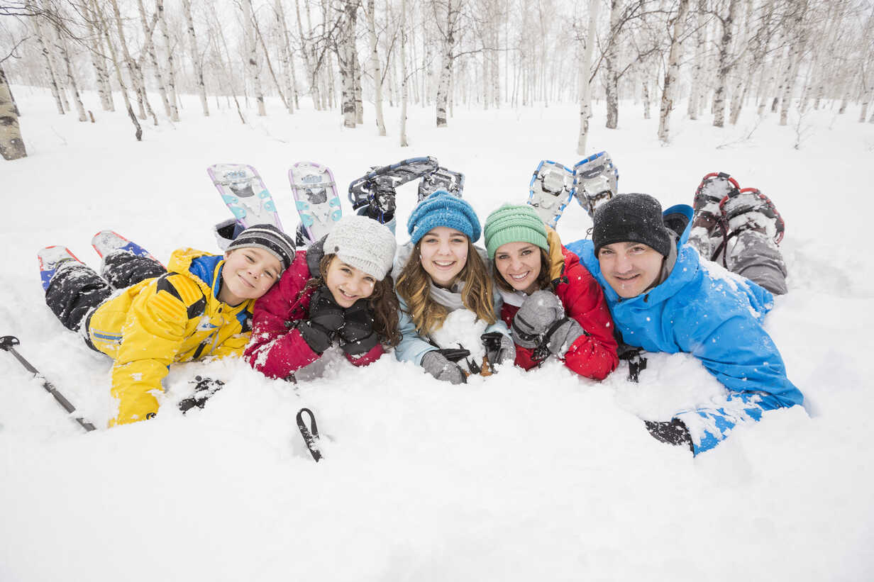 Portrait of smiling Caucasian family laying in snow - BLEF02142 - Mike Kemp/Westend61