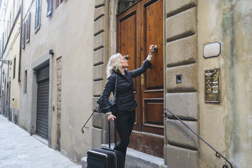 florence, tuscany, italy, woman visit a european city, enjoy the journey - FBAF00471