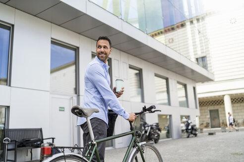 Deutschland, München, M37, Porträt, Business, Kaffeebecher recyclebar, Stadt, Fahrrad - DIGF06962