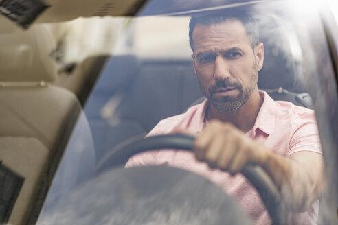 Deutschland, München, Mann 37 Jahre sitzt im Auto, Porträt, Stadt - DIGF06986