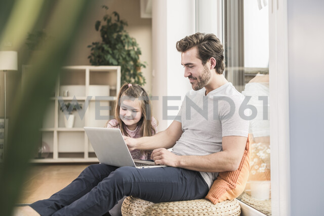 Young man and little girl surfing the net together - UUF17346 - Uwe Umstätter/Westend61