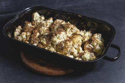 Blumenkohl im Ofen gebacken mit Sauce Hollandaise und Buttersemmelbrösel, Studio - STBF00334