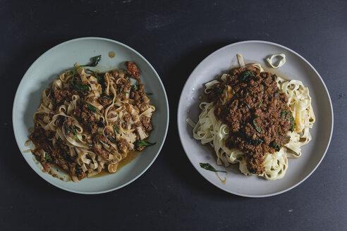 Tagliatelle mit Spinat-Bolognesesauce, Pasta mit Sauce darauf, Pasta vermischt mit Sauce, draufsicht, studio - STBF00340