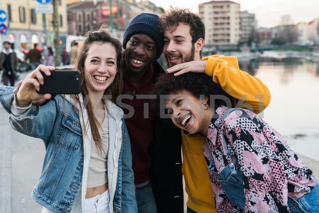 Four female and male young adult friends taking selfie on city canal waterfront - CUF50549 - Garage Island Crew/Westend61