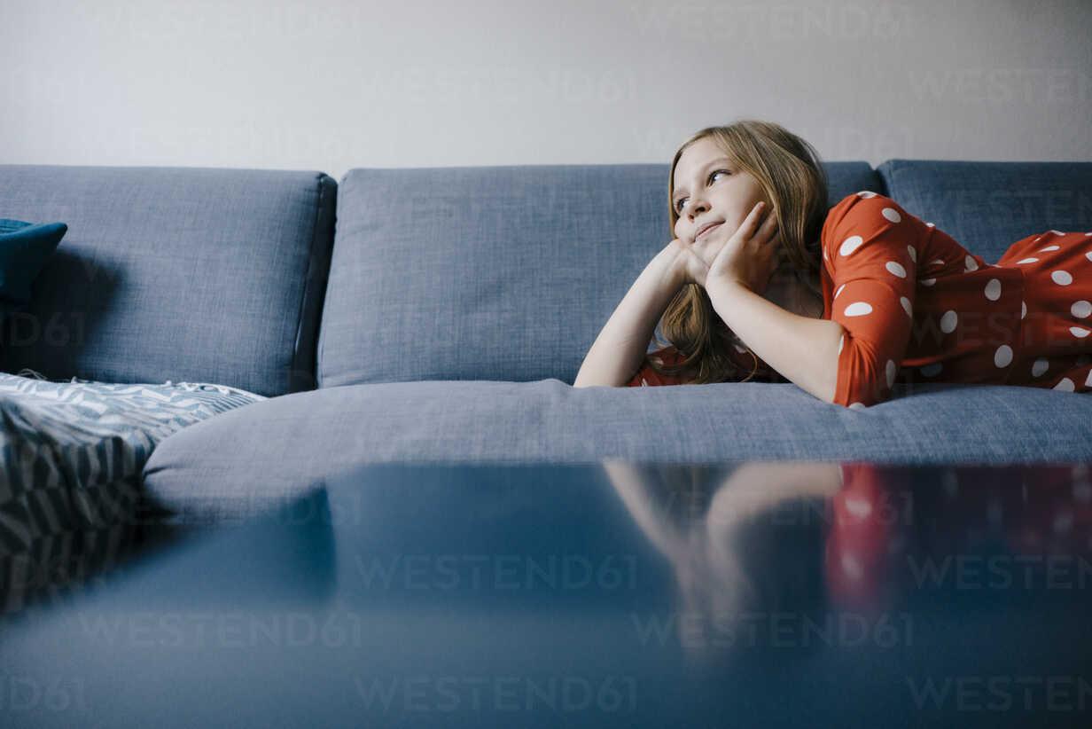 Girl lying on couch at home - KNSF05880 - Kniel Synnatzschke/Westend61