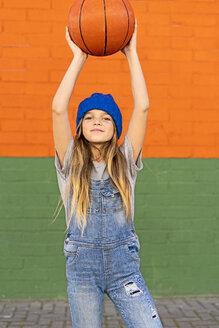 Young girl playing basketball - ERRF01234