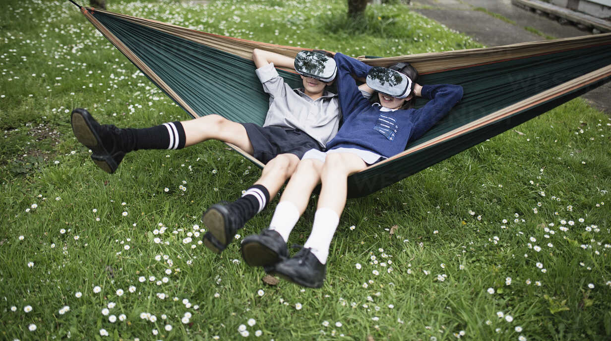 Mixed Race brother and sister in hammock wearing virtual reality goggles - BLEF03107 - Donald Iain Smith/Westend61