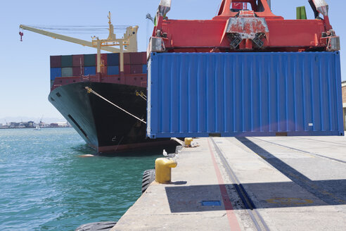Crane unloading container ship at commercial dock - JUIF01004