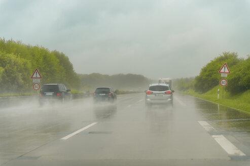 Autobahn A1, drei PKW, fahren, Geschwindigkeit, hoch, Regen, nasse Fahrbahn, Gischt, Niedersachsen, Deutschland - FRF00831