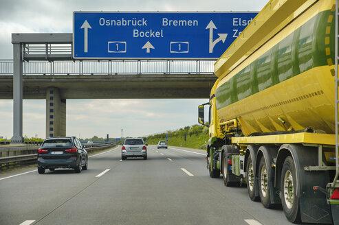 Autobahn A1, Spezialtransporter, gelb, gr�n, fahren, Niedersachsen, Deutschland - FRF00834