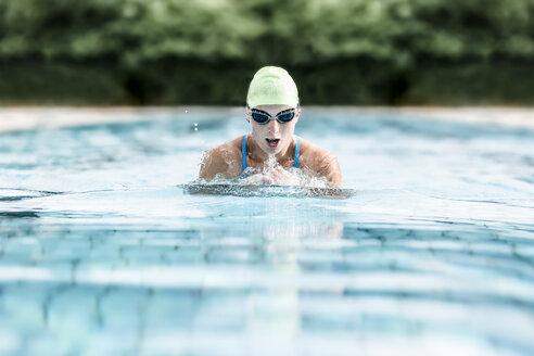 Schwimmerin beim Brustschwimmen, Schwimmbecken, Freibad, Vilsbiburg, Bayern, Deutschland - STBF00342