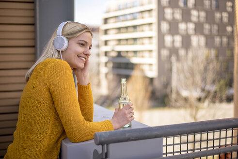 junge Frau in der Stadt, urban, single, lifestyle, Berlin, Deutschland - BFRF02007