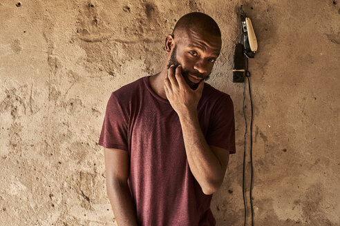 Bearded man posing with shaving machine. Maputo city, Moçambique, Maputo. - VEGF00172