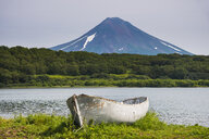 Russia, Kamchatka, Wooden canoe before the Ilyinsky volcano and Kurile lake - RUNF02004