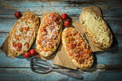 rustikale Pizzabrote - mediterrane Kirschtomate / Bruschetta, Knoblauch, Salami / Salami / geräucherter Käse auf Ricottacreme - MAEF12869