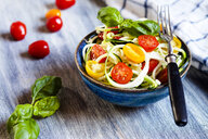 Zoodles salad with tomatoes and basil - SBDF03950