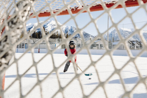 Boy playing outdoor ice hockey - HEROF36233