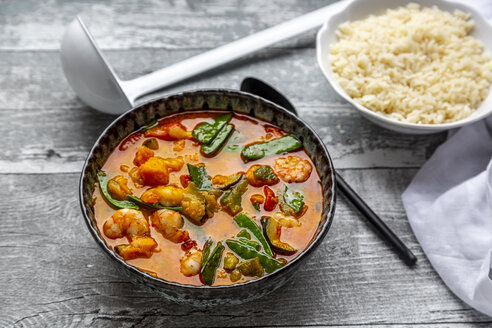 Red curry with sweet potato, yellow and red bell pepper, zucchini, sugar pea, shrimps and rice - SARF04267